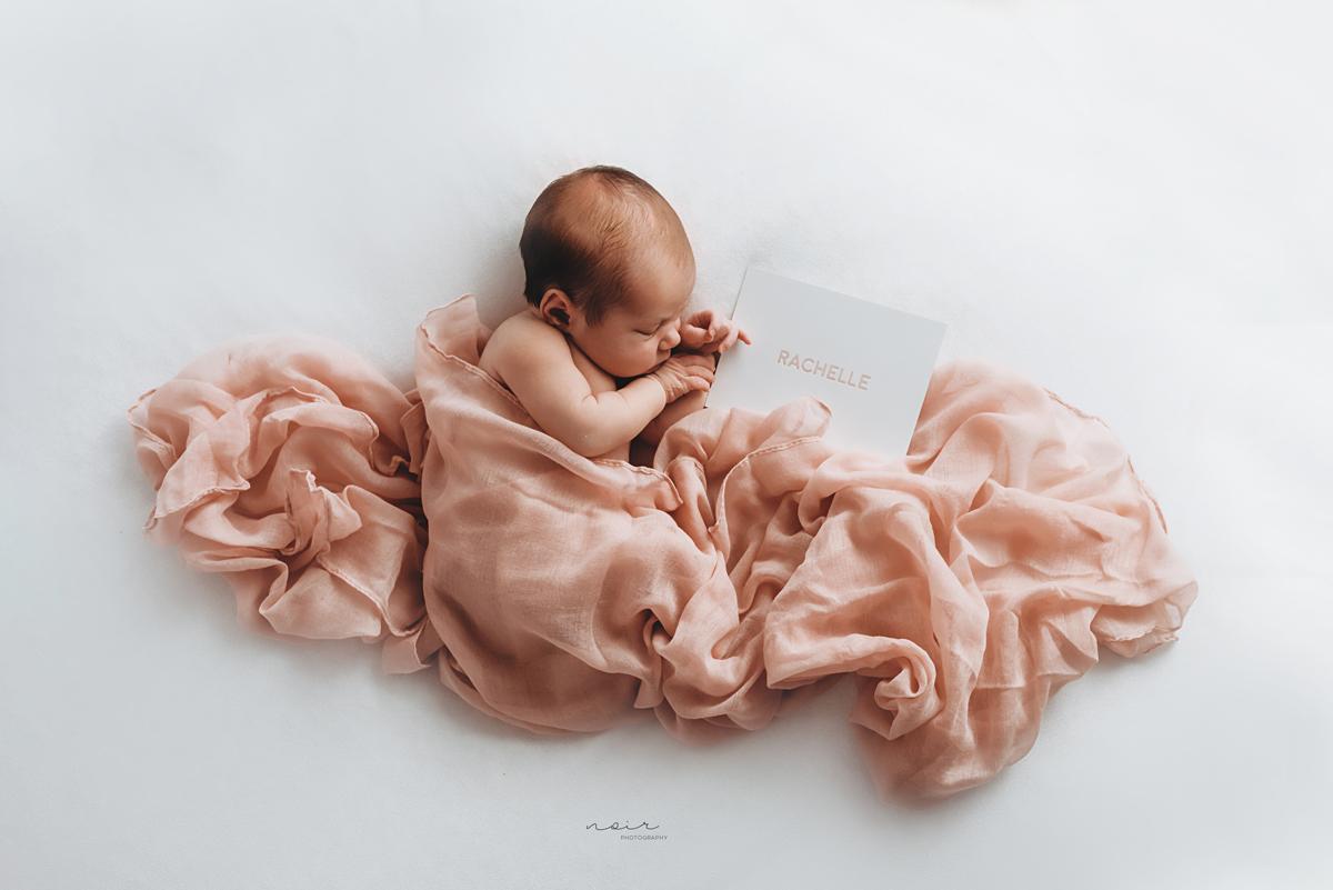 Newborn fotoshoot baby fotografie pasgeboren regio west- en oostvlaanderen lifestyle noir photography & design familiefotografie