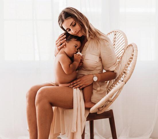 Mommy & me fotoshoot West-Vlaanderen familiefotografie noir design Julie van Brabant