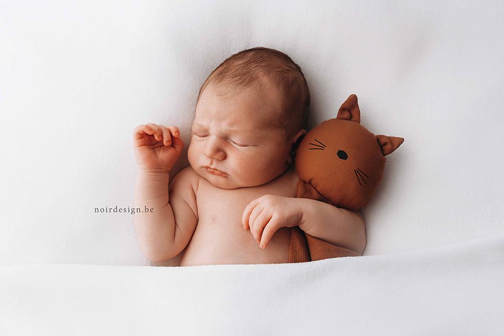 NOIR fotografie newborn fotografie Oost- en West-Vlaanderen naturelle geposeerde studio babyfotografie Julie Van Brabant